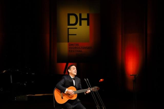 Хуан Диего Флорес в юности играл только поп-музыку на гитаре.