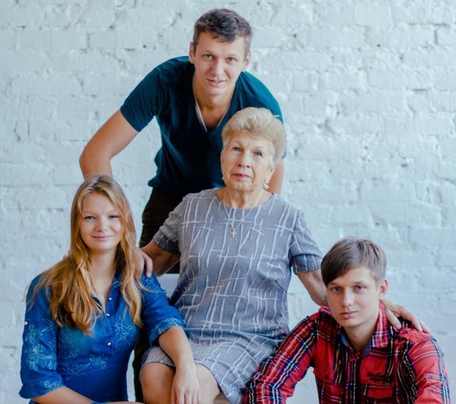 Внуки очень любят свою молодую душой бабушку.