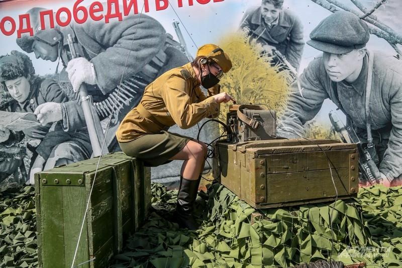 Радистка-партизанка стучит на ключе