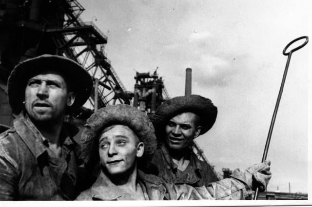 Лучшие доменщики печи № 3 КМК горновые Ф.Е.Мельник,И.М.Чайников и Ф.Р.Попов (фото 1943).