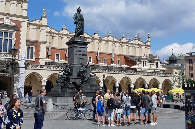 Главный рынок в Кракове - одна из самых больших средневековых площадей в Европе. Польша, мы скучаем по тебе!