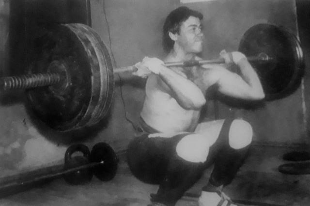 Сергей Костылев на тренировке по тяжёлой атлетике.