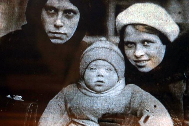 Алиса Фрейндлих в детстве с мамой и тетей Догмарой