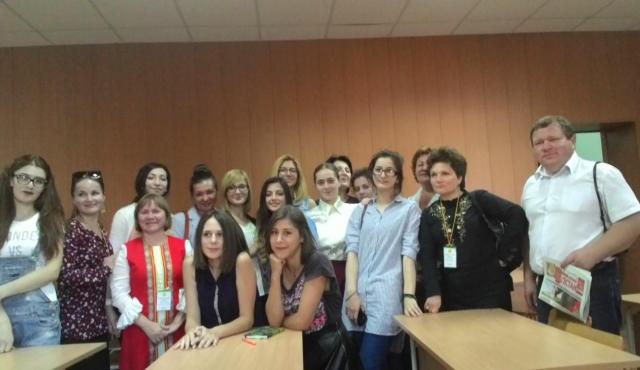 Со студентками отделения журналистики.