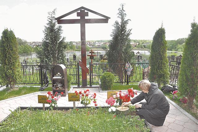 Четыре туи рядом с крестом на могиле Жени его мама (на фото) посадила в память о сыне и трех однополчанах, погибших вместе с ним. Фото из личного архива Любови Родионовой.