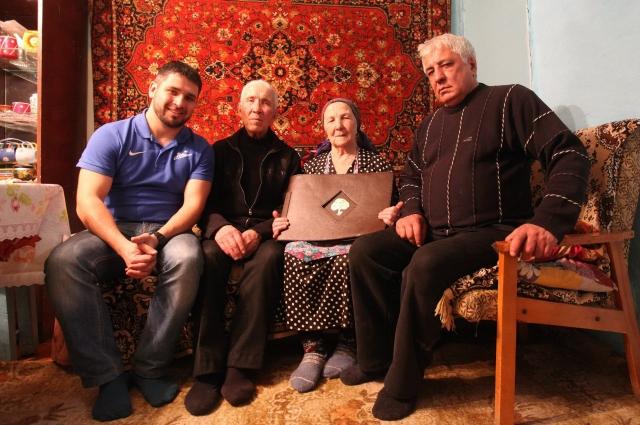 Руслан (на фото слева) объездил всю страну в поисках родственников.