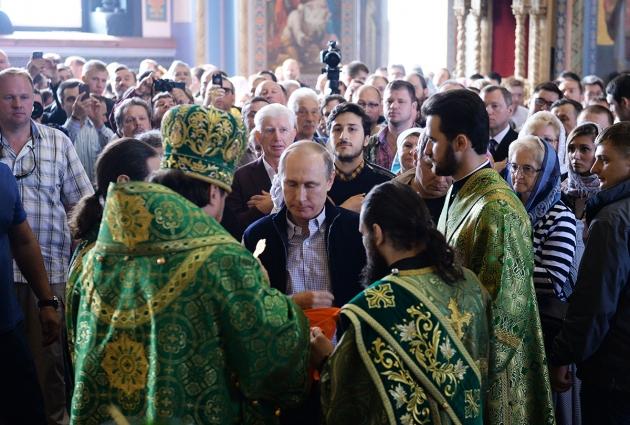 Владимир Путин вместе с прихожанами отстоял очередь к причастию