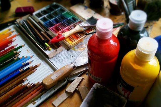 Для первоклассника достаточно купить комплект карандашей из шести цветов.