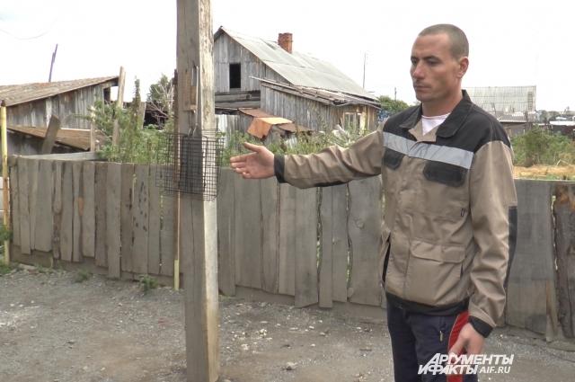 Григорьев показывает место во дворе дома, где происходило избиение брата.