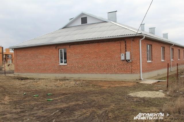 У жильцов нет газа и центральной канализации, а само помещение, действительно, напоминает конюшню или коровник.
