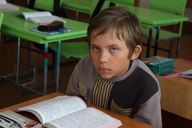 В колу Максиму приходиться ездить на автобусе - в его деревне школы нет.