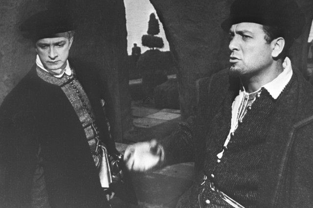 Кадр изфильма «Гамлет». В роли Розенкранца - актер Игорь Дмитриев, в роли Гильденстерна - актер Вадим Медведев (слева направо).