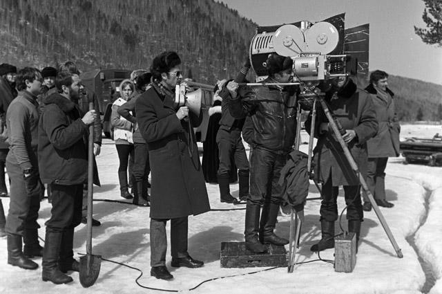 Режиссер Владимир Мотыль (в центре) и оператор Дмитрий Месхиев (у кинокамеры) на съемках фильма «Звезда пленительного счастья». 1974 г.