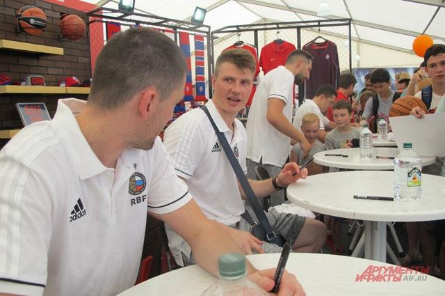 Игроки сборной: Виталий Фридзон, Андрей Воронцевич, Никита Курбанов во время автограф-сессии.