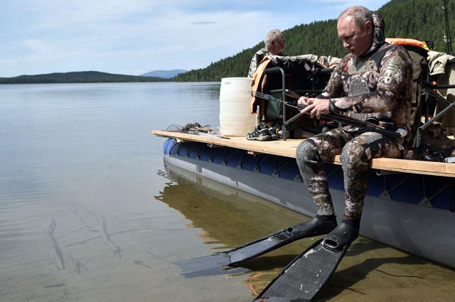Президент РФ Владимир Путин готовится к подводной охоте.