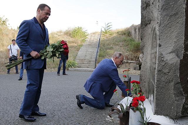 Владимир Путин иДмитрий Медведев возлагают цветы кпамятнику защитникам Севастополя натерритории мемориального комплекса «35-я береговая батарея».