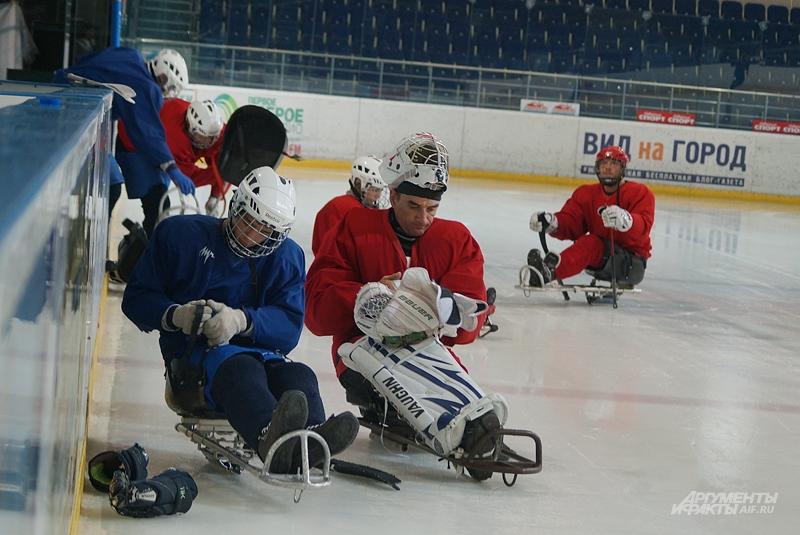 Часть экипировки следж-хоккеисты надевают уже на льду