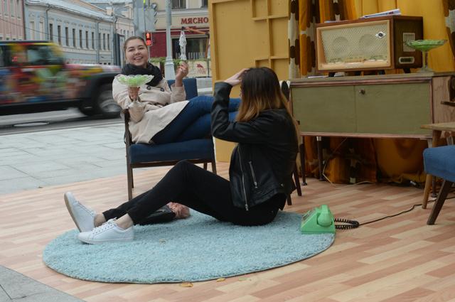 Ещё одна форма существования Театра наций - когда актёры выходят играть на улицу.