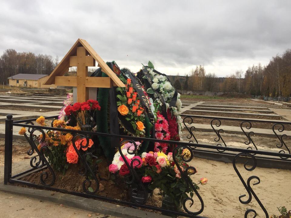 Места под выставку надгробных плит передали в могилы