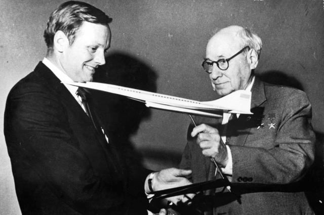 Американский астронавт Армстронг и Туполев.