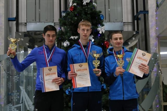 На чемпионате России, который прошёл в Чайковском 11-13 января, Евгений (на фото в центре) без шансов для соперников выиграл соревнования на нормальном и большом трамплинах.