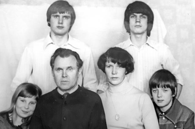 1977 год. С тремя сыновьями и дочерью