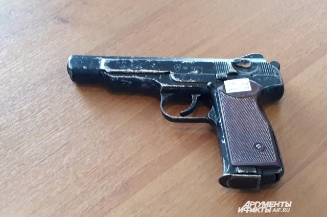 Пистолет Стечкина, принадлежавший киллеру.