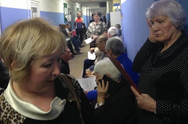 Скамеет в холле мало, потому пациентам приходится стоять.