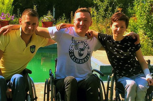 Валерий Таганов (на фото слева) сам себя поднял из инвалидной коляски.