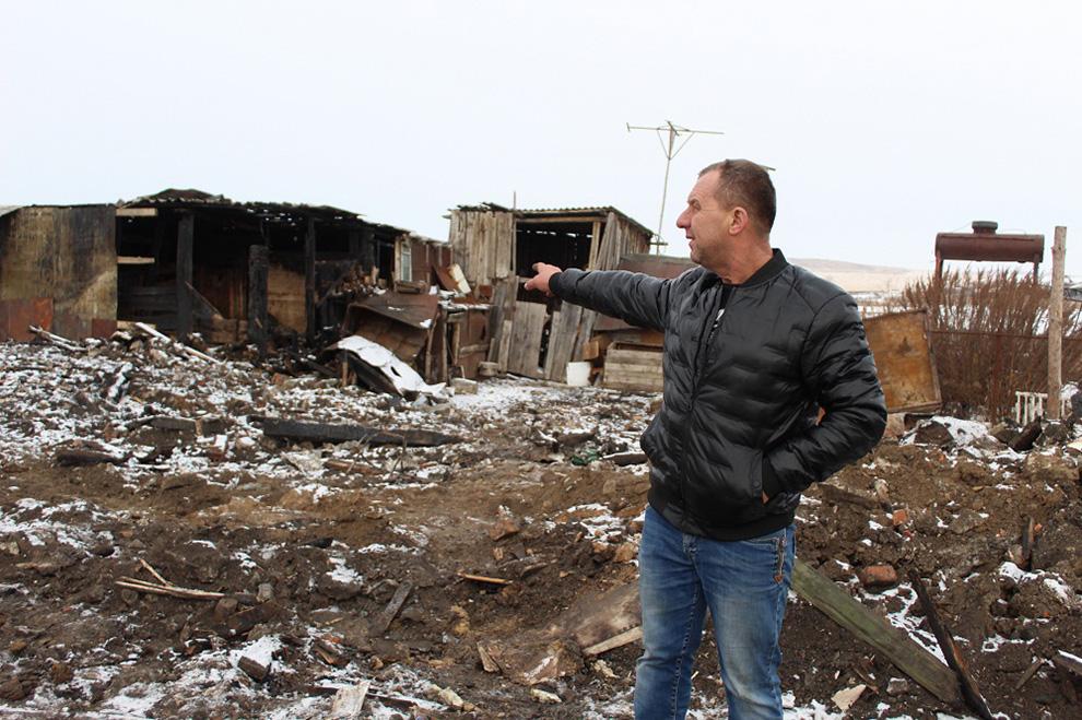 От большого дома после пожара остались только кирпичные стены.