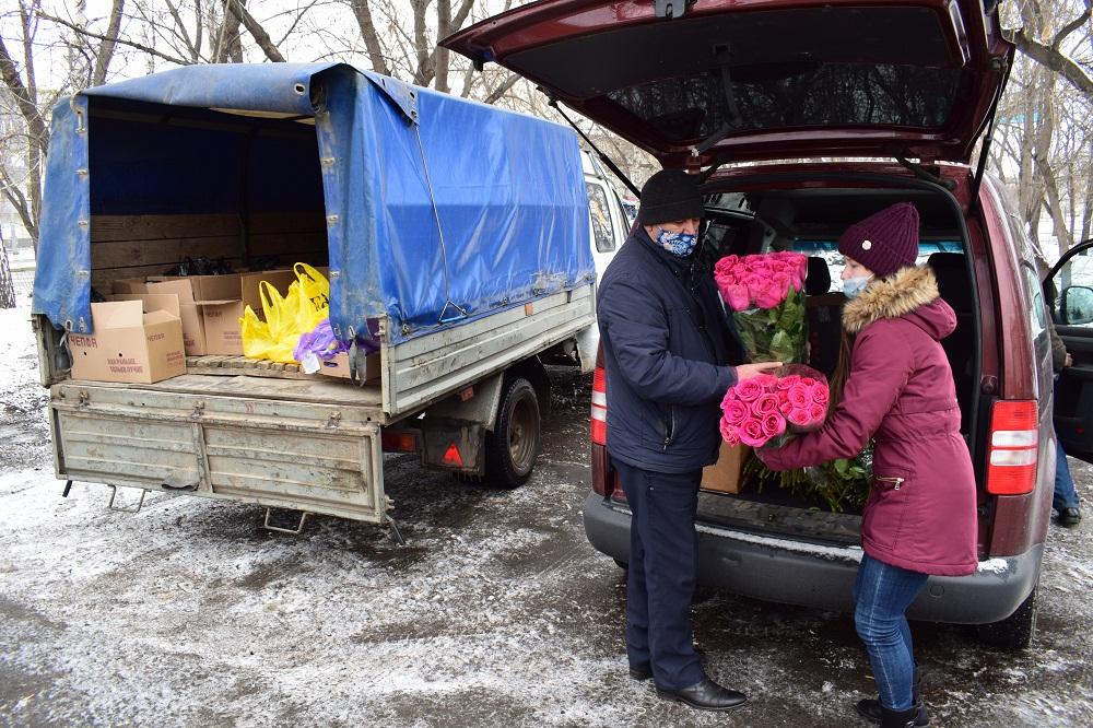 Бизнесмен обеспечил ветеранов цветами