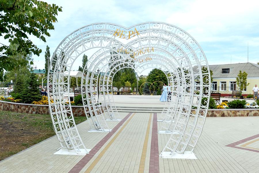 В Поворино появился сквер Молодожёнов, где молодые пары смогут делать красивые фото на память.