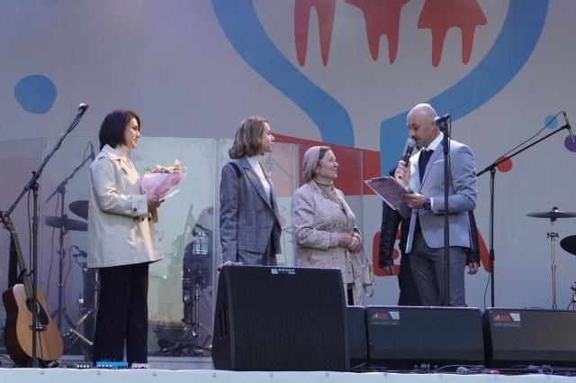 Людмила Анатольевна Никифирова принимает поздравления. С мужем Владимиром Фёдоровичем они в вместе с 1971 года. Супруги воспитали 2 сыновей, сейчас помогают растить внучку.