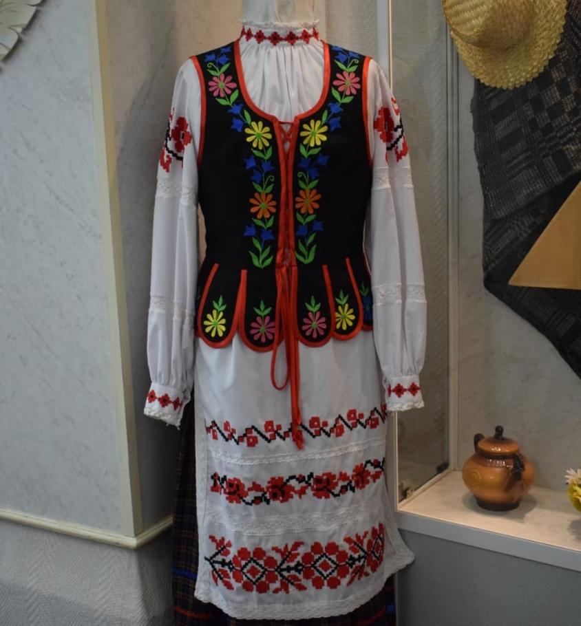 Женский костюм состоял из сорочки, у которой обязательно должна быть вышивка на рукавах, юбки, гарсета (жилета-безрукавки) и фартука.