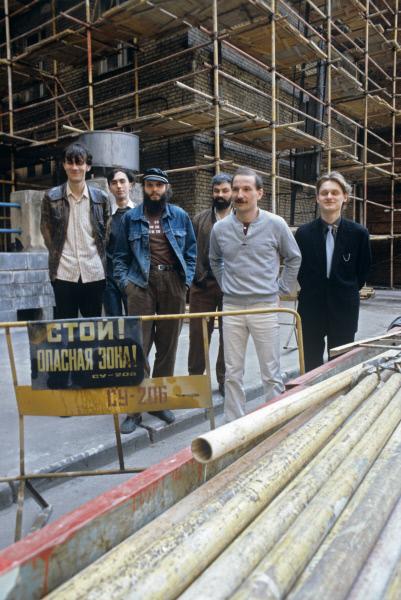 Музыкальная группа Звуки Му . Образована в Москве в начале 1980-х годов Петром Мамоновым и Александром Липницким (в центре, слева направо)