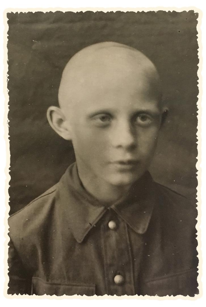 1942 год, Александр Мазилов во время блокады пришёл санитаром в госпиталь.