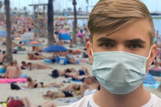 Просто маска на курорте теперь не спасет: нужно идти вакцинироваться.