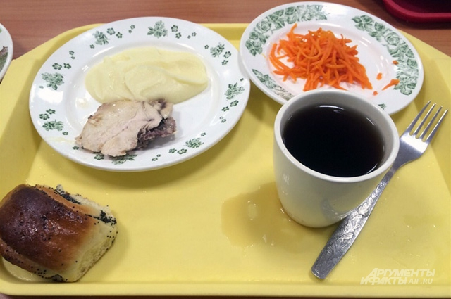 Каждый день школьные повора готовят разные блюда.