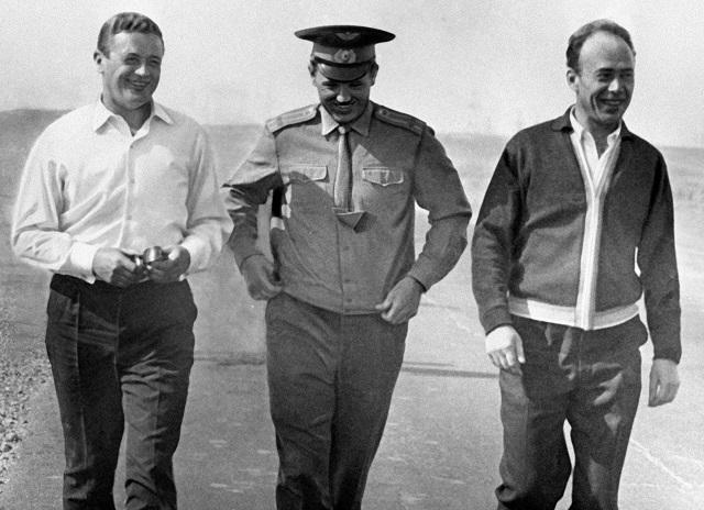 Советские космонавты (слева направо) Владислав Волков, Георгий Добровольский и Виктор Пацаев на космодроме Байконур.