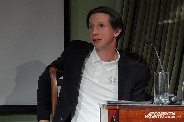 Актер стал известен широкой публике благодаря главной роли в сериале