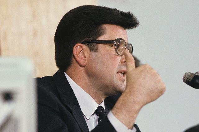 Заседание сессии Верховного Совета Латвийской ССР. Председатель Верховного Совета Латвийской ССР Анатолий Горбунов, 1990 год.