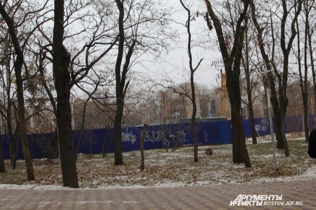 В парках отдыха Ростова строят дома, вырубая деревья.