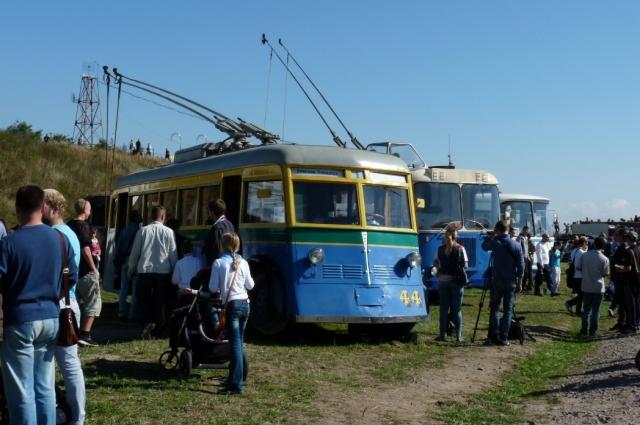 Первые троллейбусы были окрашены в синий, желтый и зеленый цвета.