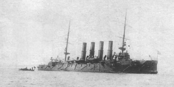 Крейсер после боя, 9 февраля 1904. Виден сильный крен на левый борт