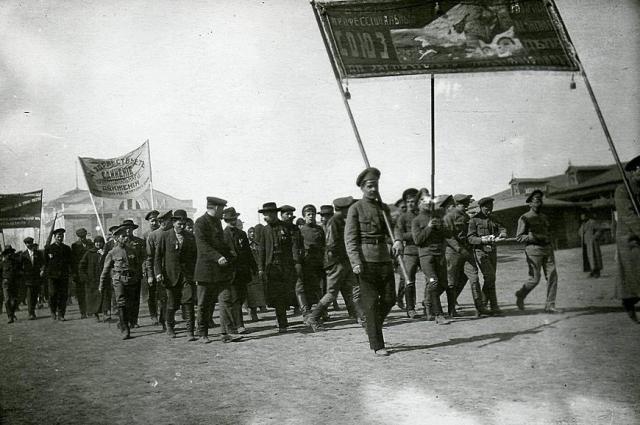Первомайская демонстрация омских профсоюзов. 1918 год.