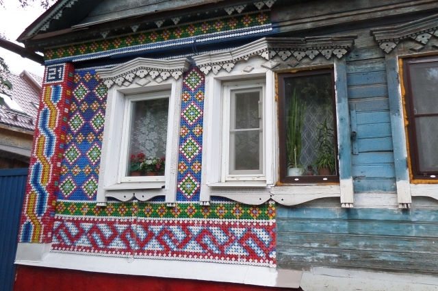 Крышки для фасада хозяйка дома собирала два года!