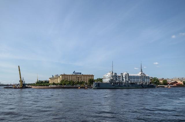 В подростковом возрасте будущий поэт жил в квартире в казармах на Петроградской стороне.