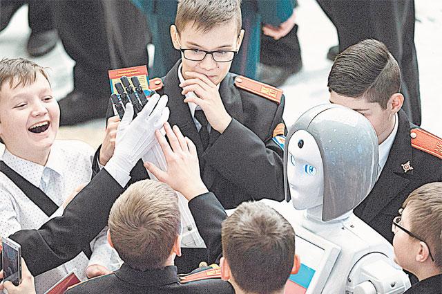Робот Kiki отвечала даже на каверзные вопросы мальчишек.