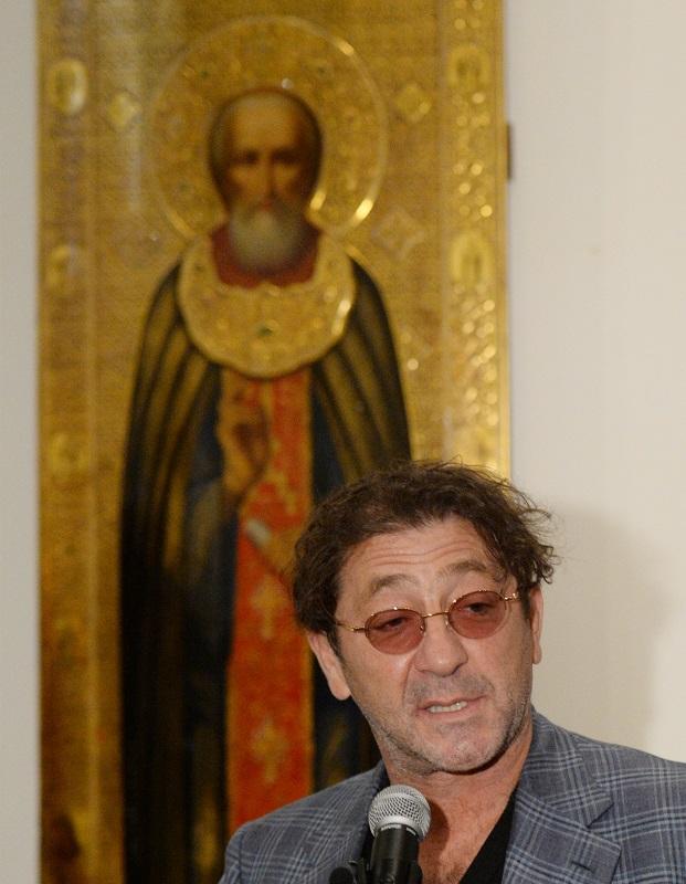 Григорий Лепс вовремя презентации одной изикон своей коллекции навыставке «Обитель преподобного Сергия», 2014 г.
