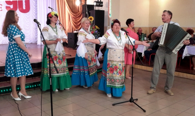 День пожилого человека отметили весело: пели любимые песни, сочиняли частушки, танцевали и общались друг с другом